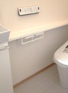 トイレは強力な流水により少ない水で汚れを流します。傷がつきにくく抗菌仕様です。フチレスタイプですのでお掃除も簡単です。(内装)