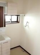 洗面台はトレイがアレンジできる3面鏡タイプです。トレイは5㎝ごとにアレンジできますので収納上手です。排水口は水の流れを妨げずに髪の毛をキャッチするヘアキャッチャー付き。つなぎ目のないカウンターは拭き掃除が簡単です。シャワーと清水に切替ができ、シャワーは節水にも役立ちます。(内装)