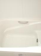 保温構造の浴槽はエコベンチを設けております。半身浴も出来き、節水にも効果的です。