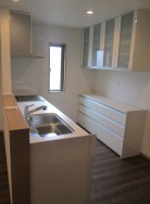 カウンターキッチンは収納多数。キャビネットにお皿や調理器具などもスッキリ。2口のIHとラジエントヒーター、両面焼きグリル付。食器洗い乾燥機もついてます。(キッチン)
