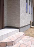 芝生とインターロッキング施工により外構部分もおしゃれに仕上げました。樹脂製のウッドデッキは耐久性があります。(外観)