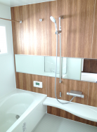 1.25坪の広さがある浴室です。床は汚れを落としやすく、冷たさも低減してくれる構造です。換気乾燥暖房機付ですので、浴室を効果的に温めてくれます。洗濯物の乾燥にも使用できます。(風呂)