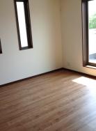 2階の洋室8帖にはウォークインクローゼットが完備されています。日当たりも良く、バルコニー完備です。(寝室)